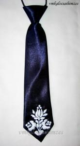 Kék nyakkendő fehér öreg mintás hímzéssel
