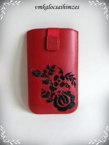 Piros mobiltartó fekete öreg mintás hímzéssel