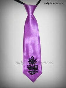 Lila nyakkendő fekete öregkalocsai hímzéssel