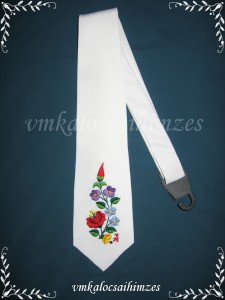 E. G. fehér nyakkendő kalocsai