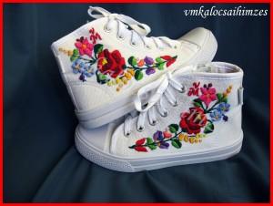 31-es kalocsai hímzett cipő